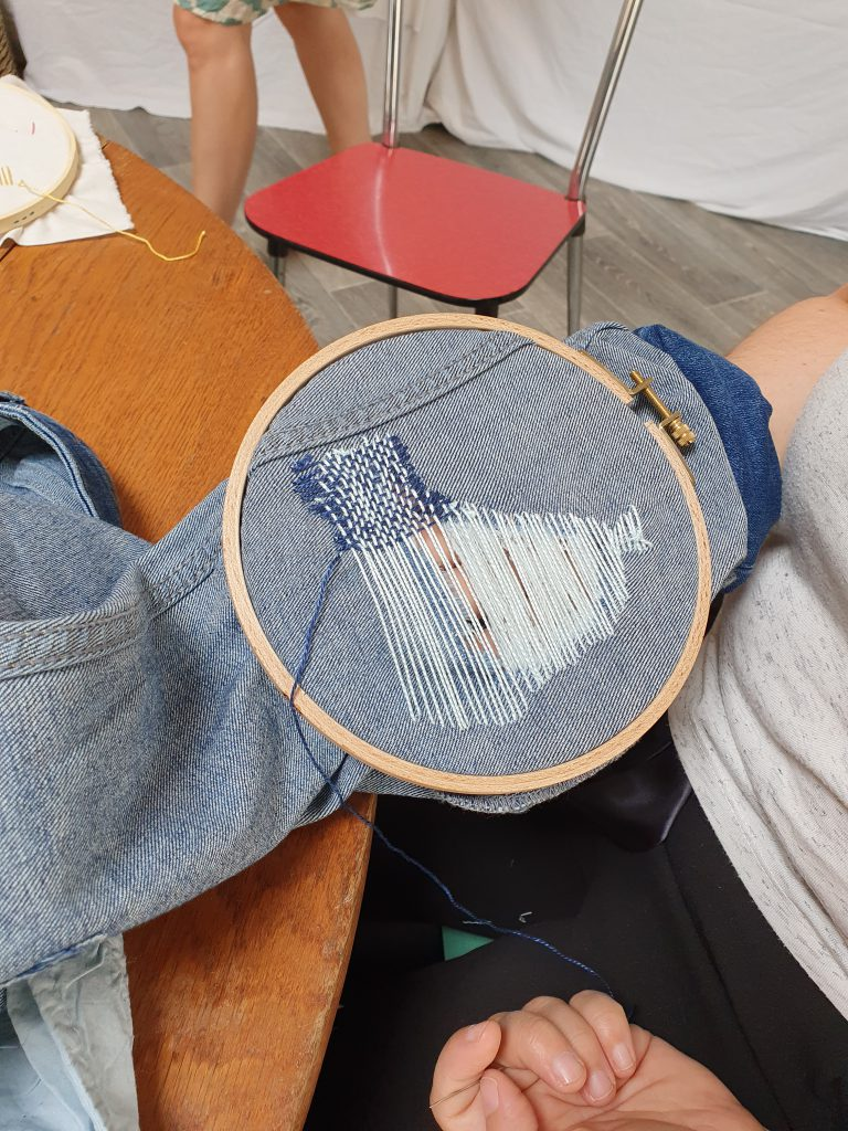 upcycling : réparation de vêtement par la broderie
